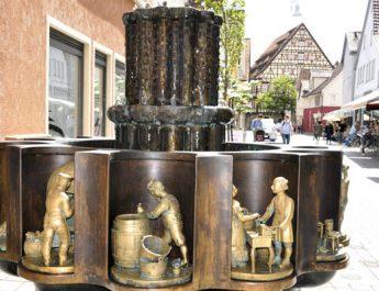 Der Zunftbrunnen zeigt Szenen aus dem Berufleben von früher