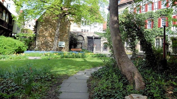 Der Museumsgarten im Sommer ein beliebter Ort für erholsame Pausen