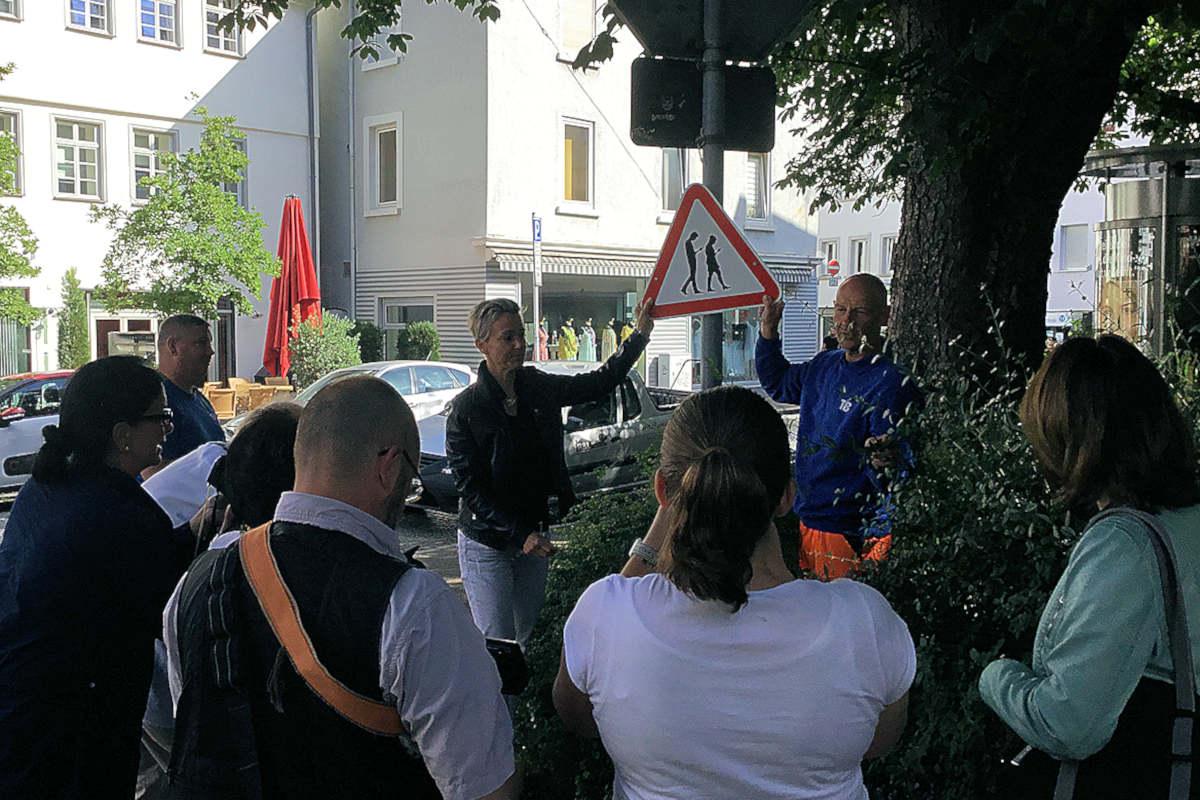 Susanne Goedicke präsentiert der Presse den neuen Standort für das weltberühmte Smobie Warnschild