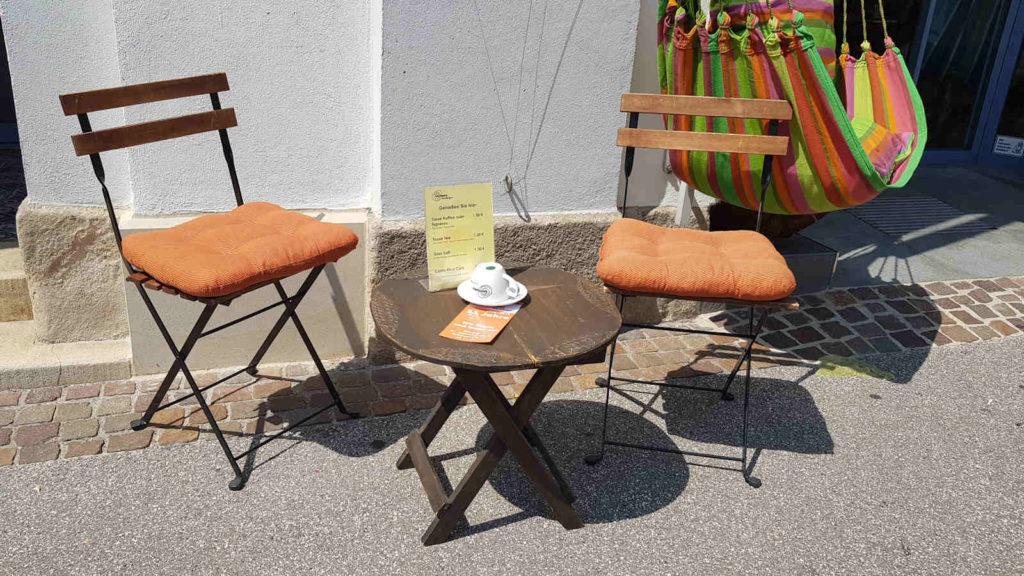 Sitzecke vorm Weltladen in der Rathausstraße